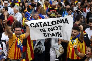 Katalánský parlament vyhlásil nezávislost na Španělsku, tisíce lidí slaví v ulicích Barcelony