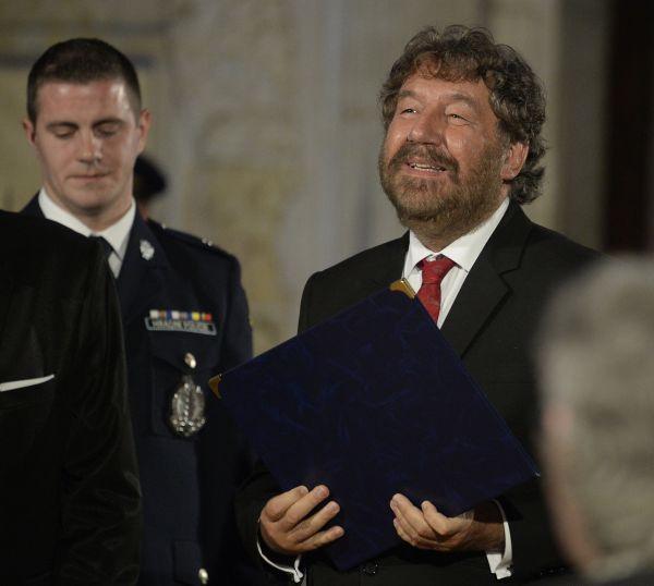 Režisér Zdeněk Troška (vpravo) převzal od prezidenta Miloše Zemana medaili za zásluhy při slavnostním ceremoniálu udílení státních vyznamenání