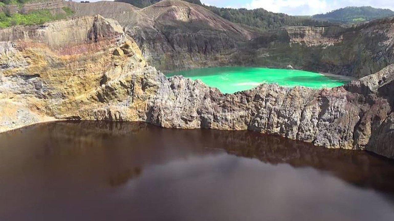 Krátery indonéské sopky Kelimatu tvoří dechberoucí barevná jezera