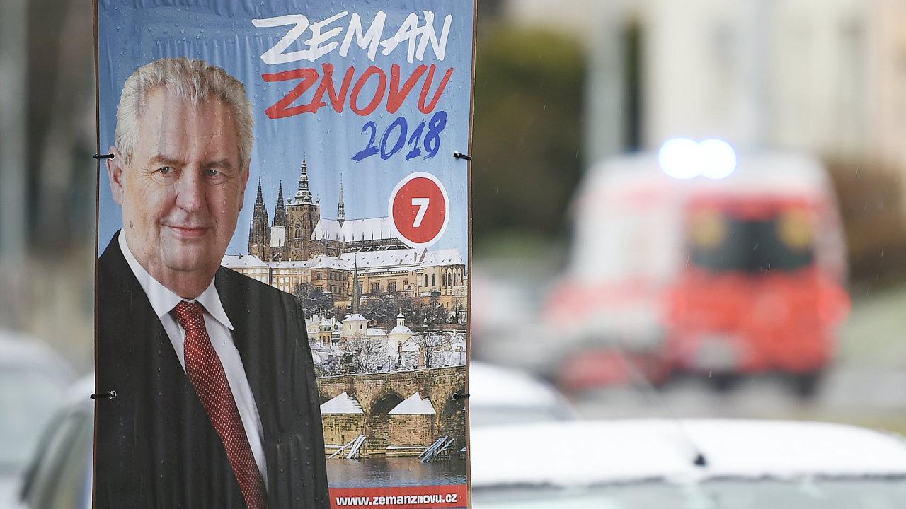 Zeman má ze všech prezidentských kandidátů největší publicitu.