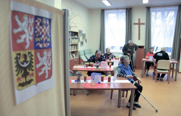 Dvacítka voličů využila 26. ledna 2018 v havlíčkobrodském Domově pro seniory ve druhém kole prezidentských voleb přenosnou urnu.