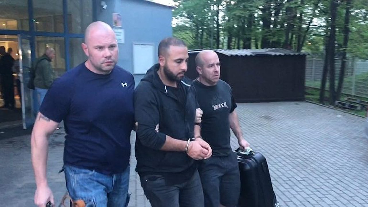 Policie vede v poutech skupinu cizinců, kteří napadli číšníka. Zadrželi je na pražském letišti.