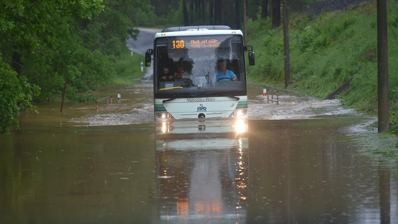 Silné bouřky zasáhly i Karlovarský kraj. Na snímku je linkový autobus na zaplavené silnici mezi Skalnou a Plesnou.