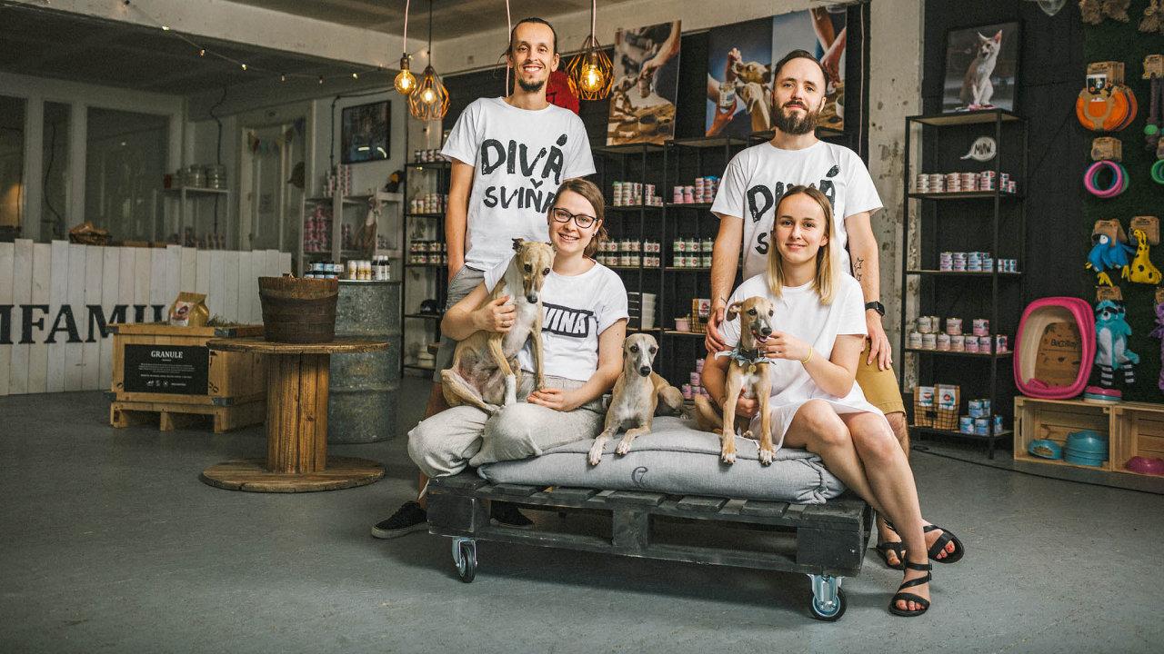 Pet Farm Family založili Matej Toman spřítelkyní Alií Lengyelovou (dvojice vpravo), později se knim připojil ijejí bratr Lukáš Lengyel spartnerkou Sašou Kobellovou.