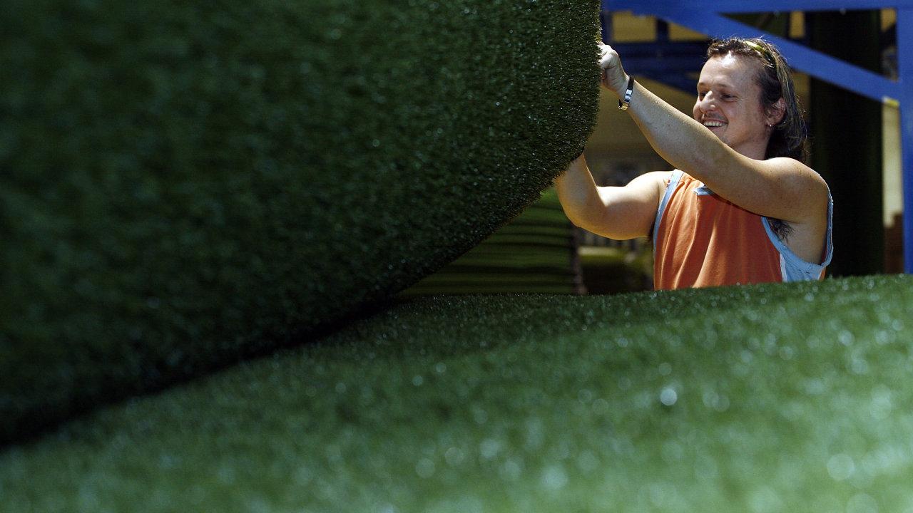 Textilní továrna JUTA ve Dvoře Králové nad Labem. Na snímku zaměsnanec David Šebrle