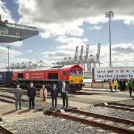 Na Hedvábné stezce - první přímý vlak, který v roce 2017 přivezl po kolejích náklad po trase dlouhé více než 12 tisíc kilometrů z Číny do Velké Británie.