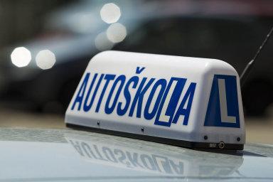 Stát zavede pro začínající řidiče řidičský průkaz na zkoušku.