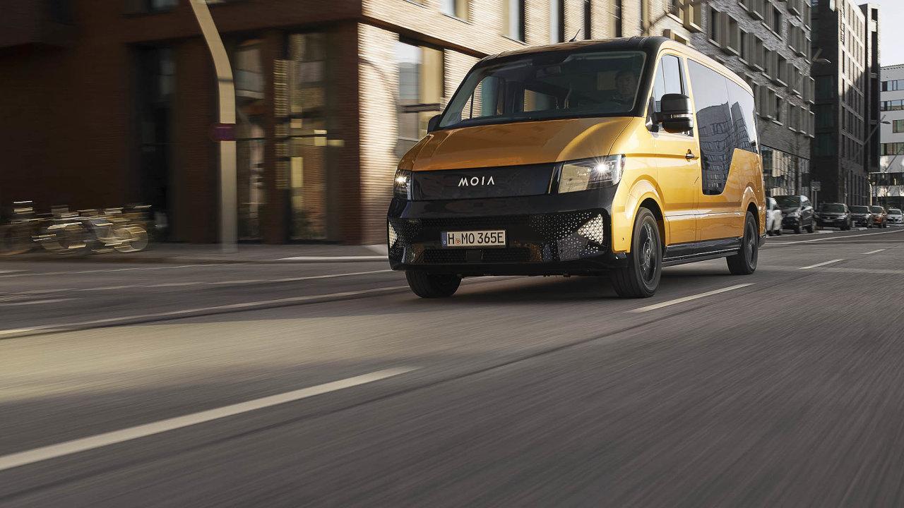 Vdubnu se vulicích Hamburku objevily žluté minibusy naelektrický pohon provozované dceřinou firmou Volkswagenu Moia. Nenabízí individuální, ale sdílené jízdy.