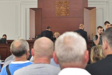 Konkurz na Pilsen Steel vyhlásil soud 19.června, naPilsen Estates 21. června. Projednávání konkurzu Pilsen Steel se zúčastnily desítky zaměstnanců firmy.
