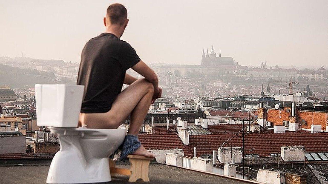 Chce záchodovou revoluci: Vyprazdňování je tabu, štokrle si objednali i do sněmovny.