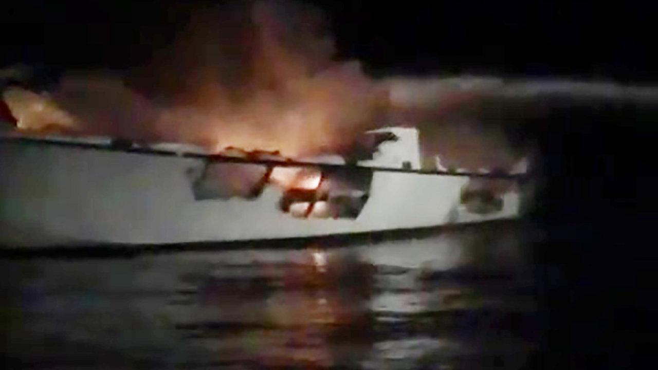 Záběry z hašení lodi.