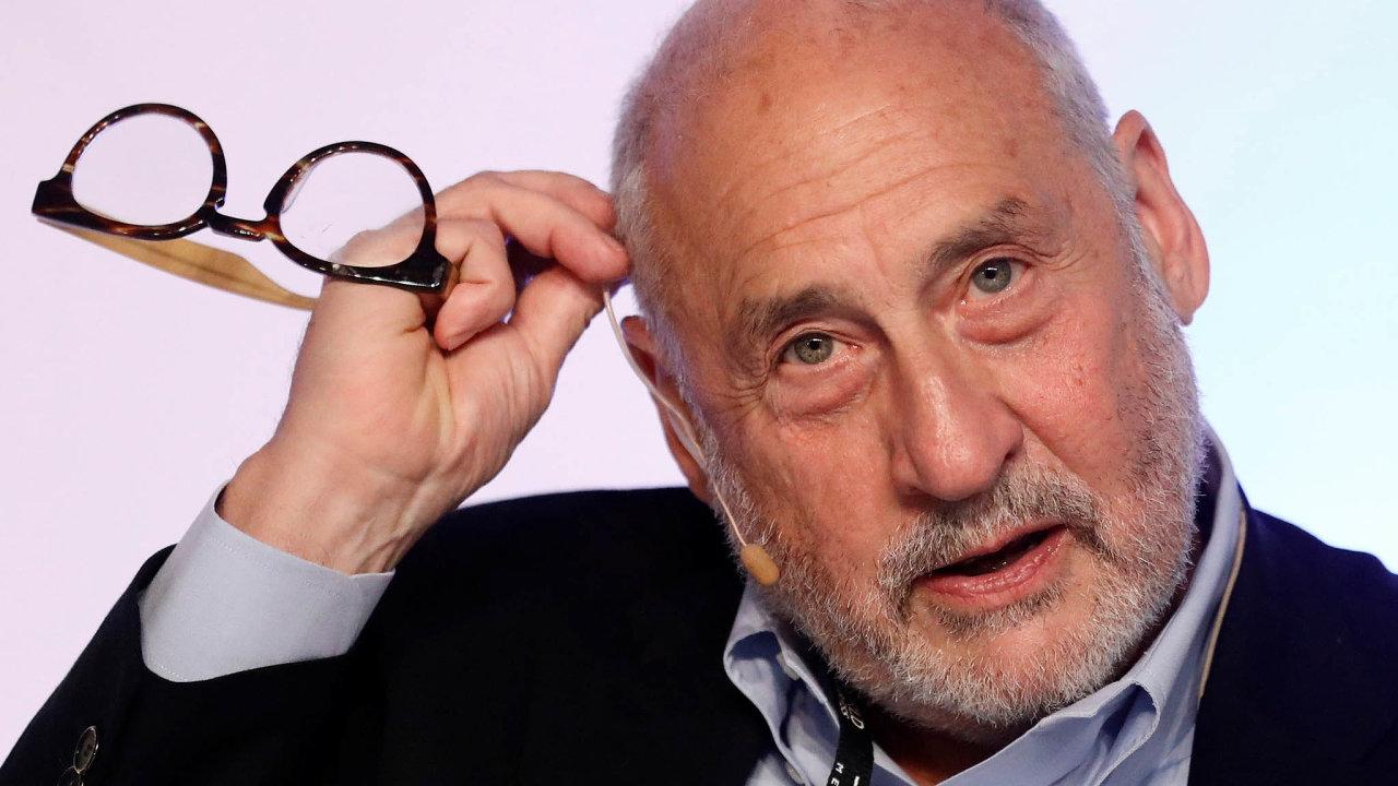 Joseph E. Stiglitz, nositel Nobelovy ceny zaekonomii zroku 2001. Nyní působí jako profesor naKolumbijské univerzitě. Vminulosti zastával funkci viceprezidenta ahlavního ekonoma Světové banky.