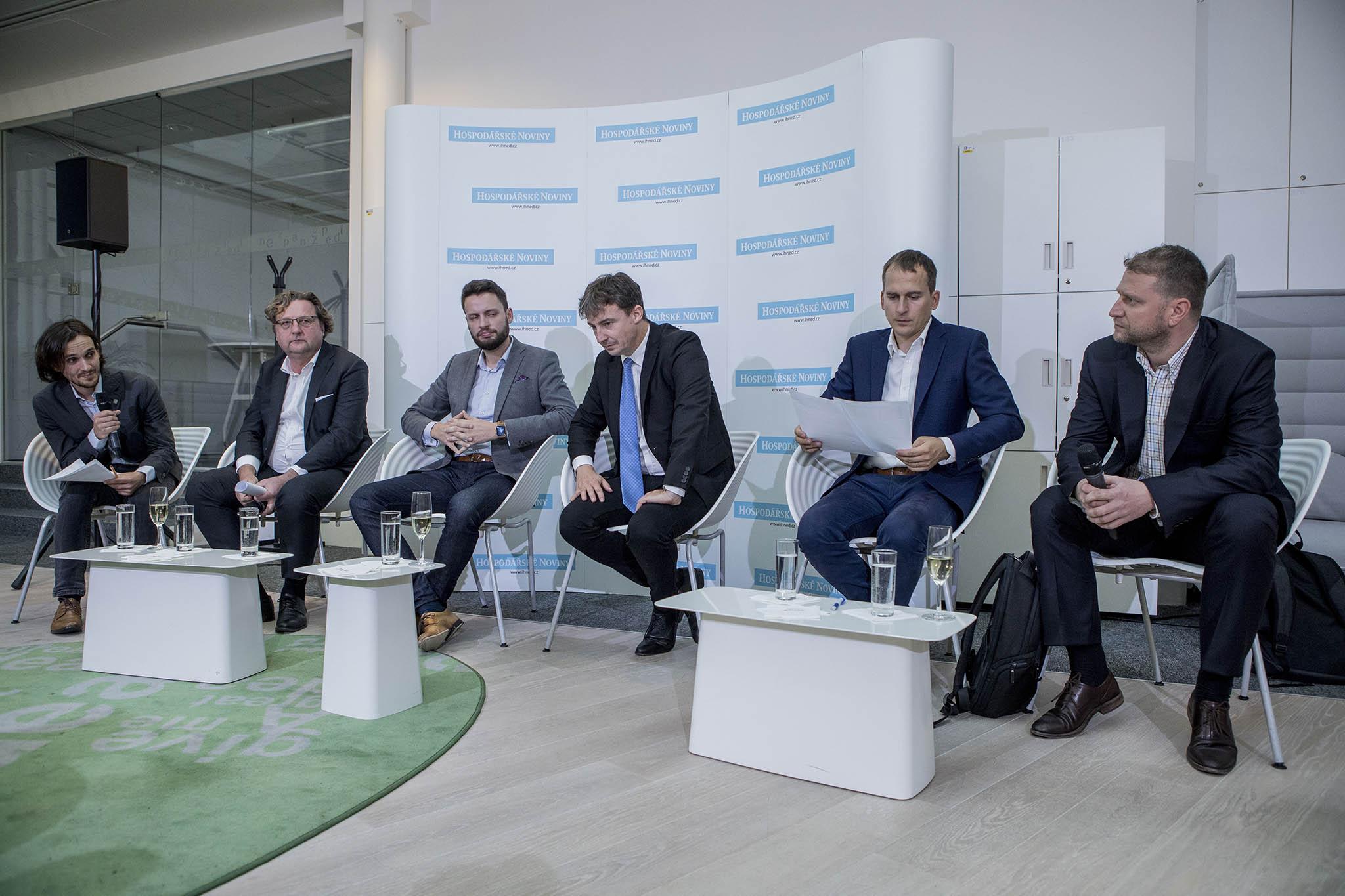 Debaty se zúčastnili (zprava) Tomáš Murňák (piráti), Jan Čižinský (Praha sobě), Tomáš Portlík (ODS), Ondřej Prokop (ANO) aPetr Hlaváček (Spojené síly pro Prahu) amoderoval ji redaktor Adam Váchal.