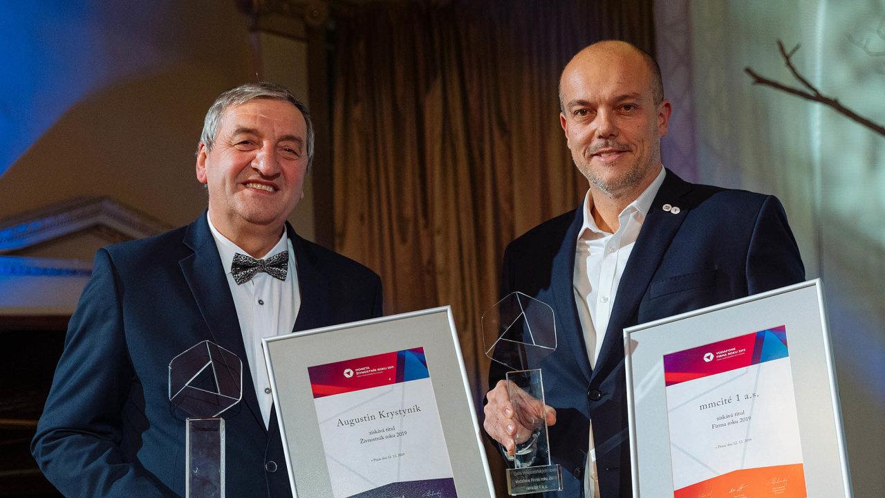 Vpražském Žofíně byli vzávěru roku vyhlášeni vítězové kategorií Vodafone Firma roku aMoneta Živnostník roku 2019. Živnostníkem roku se stal kolář Augustin Krystyník (vlevo). Ocenění zafirmu roku převzal Aleš Bakoš, ...