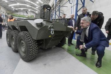 Automatizovaný robotický pozemní systém napodvozku 6 x 6 Taros si loni vbřeznu vzávodě VOP CZ vŠenově prohlédl ministr obrany Lubomír Metnar. Armáda první kusy této techniky dostane letos.