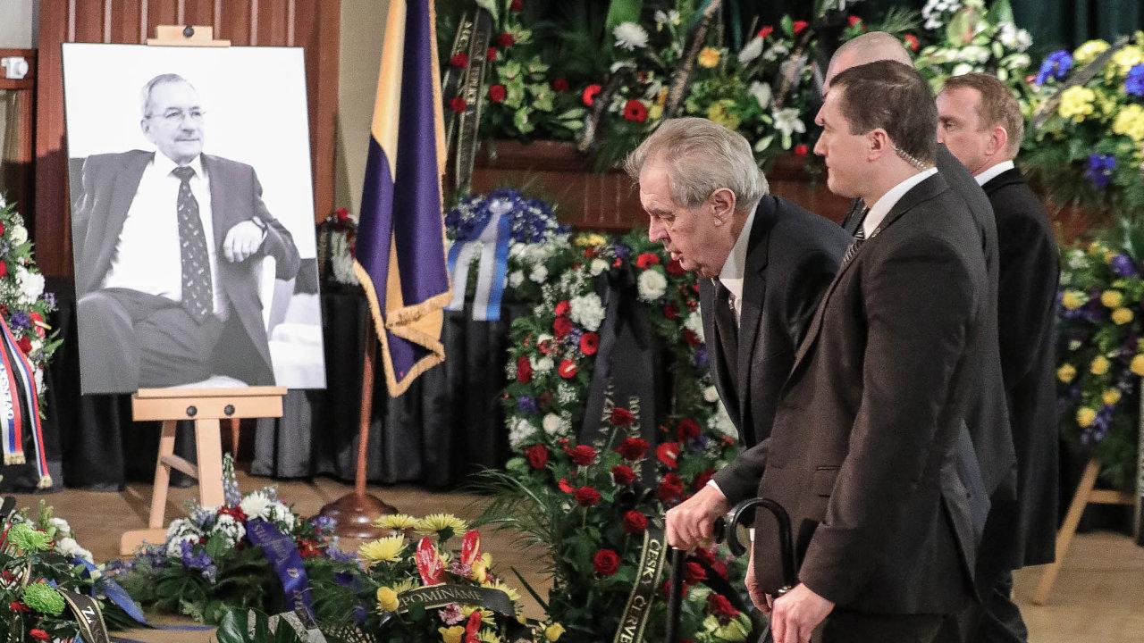 Prezident republiky Miloš Zeman se v Teplicích uklonil před Kuberovou rakví zahalenou do státní vlajky a s Kuberou se rozloučil i rudou růží.