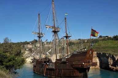 Tak přesně vypadaly španělské galeony, původně těžké válečné, později též obchodní lodě. Na snímku z února 2011 replika plavidla Andalucia v Korintském průplavu.