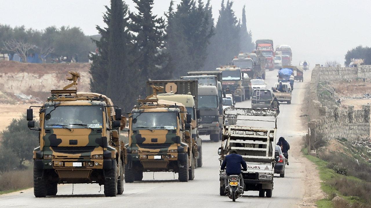 Turecký konvoj projíždí východní od syrského Idlibu