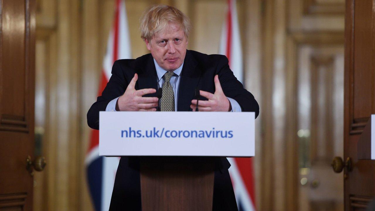 Britského premiéra Borise Johnsona zaskočila rychlost, s jakou se koronavirus šíří.