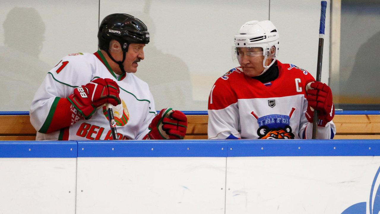 Běloruský prezident Alexandr Lukašenko hovoří se svým ruským protějškem Vladimirem Putinem během hokejového zápasu v Soči 7. února 2020.
