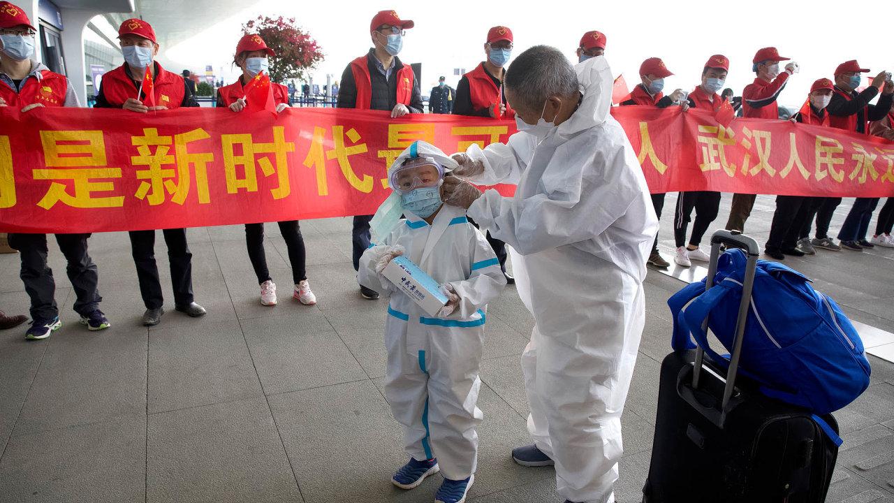 Po11 týdnech karantény čínské úřady otevřely město Wu-chan. První pasažéři mezinárodního letiště procházejí okolo slavnostní brány.
