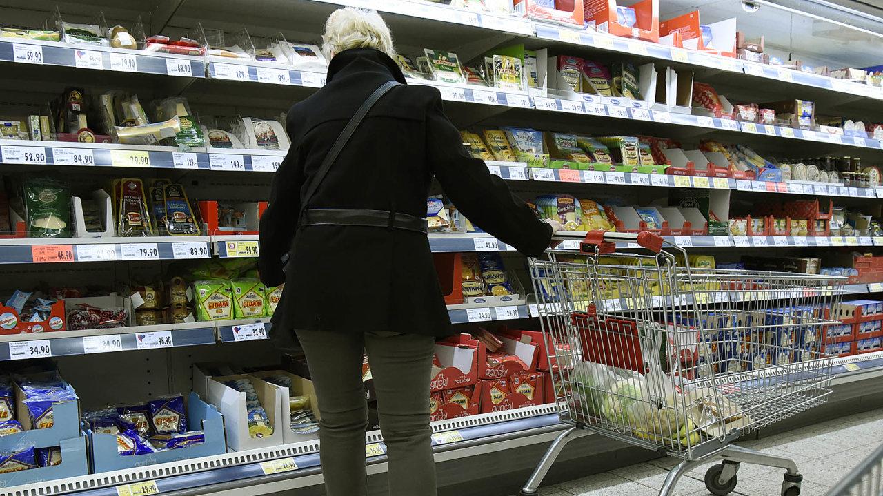 Mléka dost, ovoce málo: Zatímco českého mléka je natrhu přebytek, ovoce azeleninu musí Česko dovážet.
