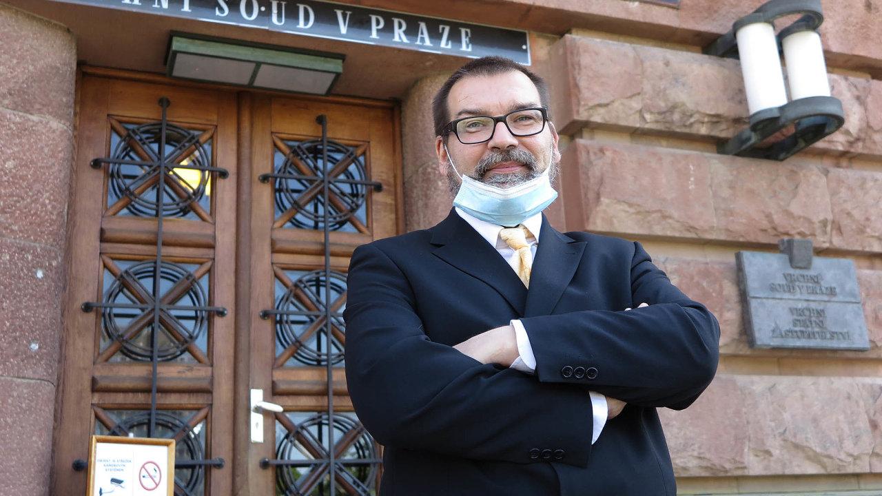 Jedenáct let byl Vojtěch Budil vedoucím stavebního úřadu vHostivici. Teď mu soud udělil tříletou podmínku anasedm let zakázal působit vestátní správě, protože ignoroval rozsudky soudů.