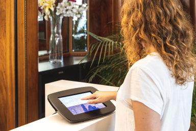 Vhotelech budoucnostinebudou klasické recepce. Místo nich bude stát stojan stabletem, kde host jen odklikne svůj příjezd.