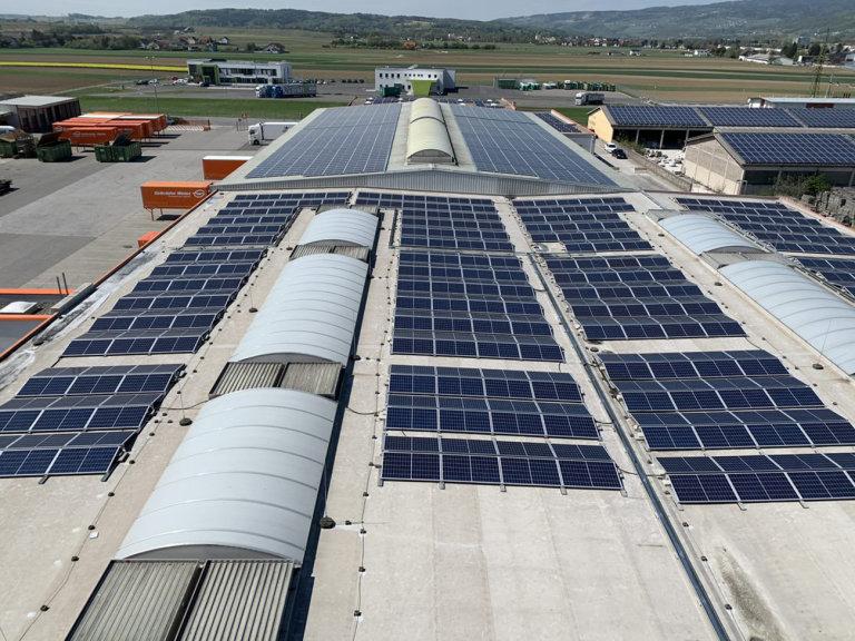Samotná logistická společnost využívá na ploše 786 metrů čtverečních 462 solárních panelů.