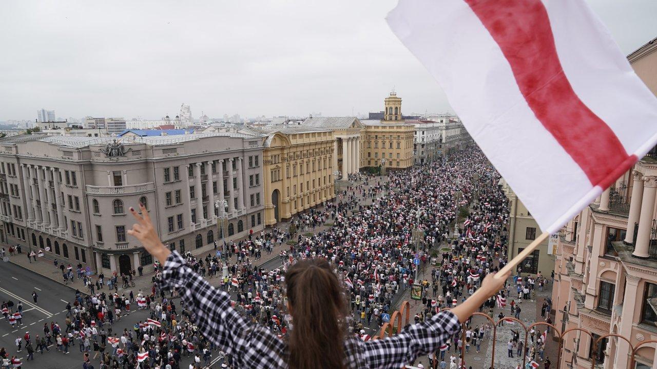 Běloruský prezident Alexandr Lukašenko během sobotní návštěvy vojenské posádky ve městě Grodno varoval před revolucí, kterou se podle jeho slov v zemi snaží rozpoutat cizina.