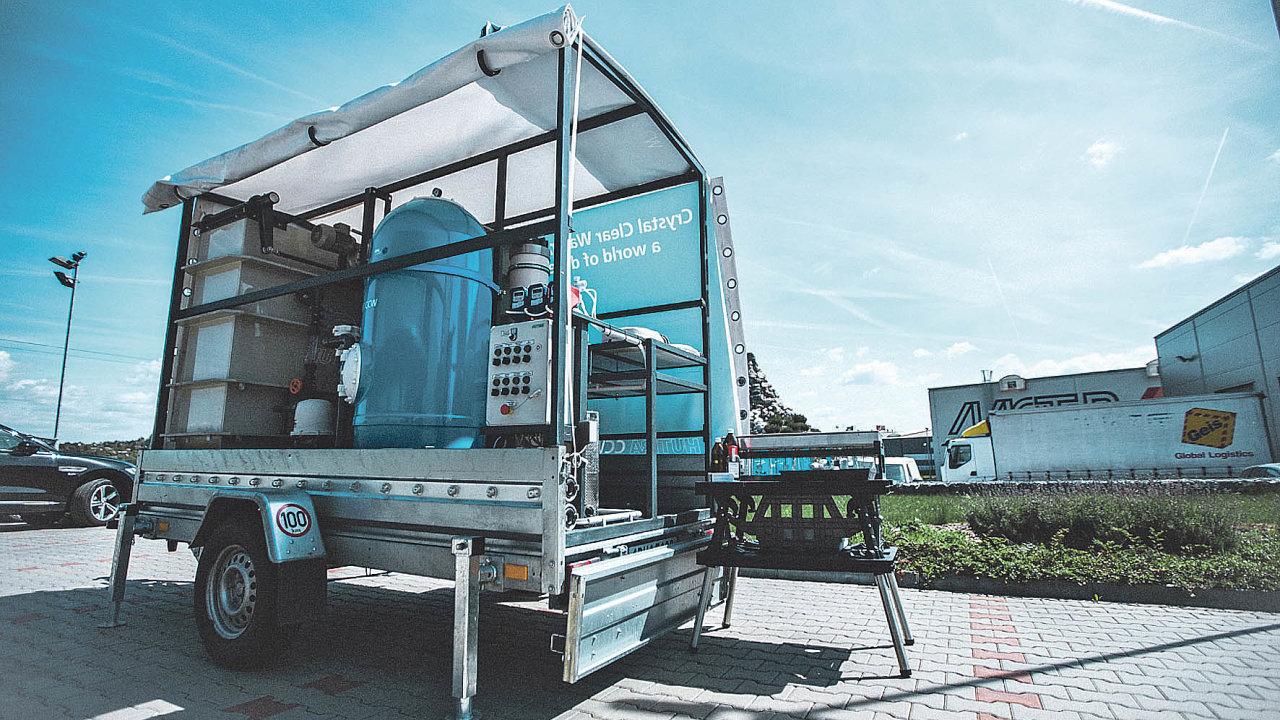 Vmobilních úpravnách se narozdíl odklasických čistíren dají veškeré technologie umístit dokontejneru nebo naspeciální podvozek.