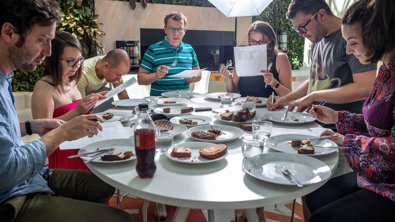 """Tým ochutnávačů HN otestoval naslepo sedm vzorků. Šest znich bylo z""""nemasa"""", jeden, pro srovnání, byl masový. Burgery zfastfoodů jsme zbavili všech přísad ipůvodního pečiva."""