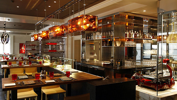 Centrem restaurace je Crudo bar, kde se budou připravovat studené speciality včetně italského sashimi. Suroviny jsou vystaveny ve vitrínách na baru.