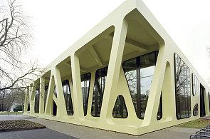 Menza od architekta Mayera připomíná oplatku s rozteklou náplní