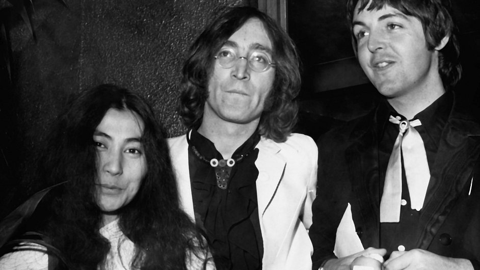 Yoko Ono, John Lennon a Paul McCartney v roce 1968.