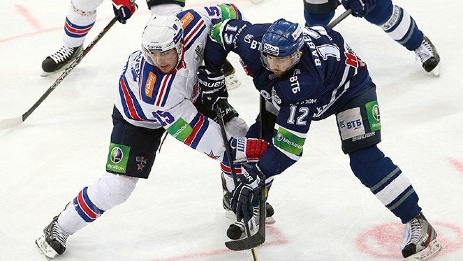 Momentka z KHL, ze zápasu mezi Dynamem Moskva a SKA Petrohrad.