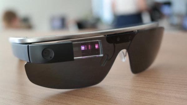 """Nejdříve vás budou ignorovat. Potom se vám budou smát. Potom vás zkopírují. Apple údajně chystá vlastní """"Google Glass""""."""