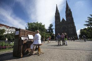 Veřejná piana mají úspěch. Po hrajícím policistovi zaujal na YouTube preludující cizinec