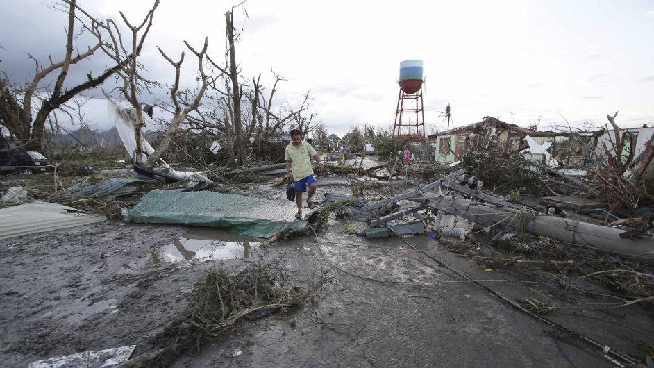 Trosky a sutiny zničených domů pokrývají území zdevastovaného města Tacloban