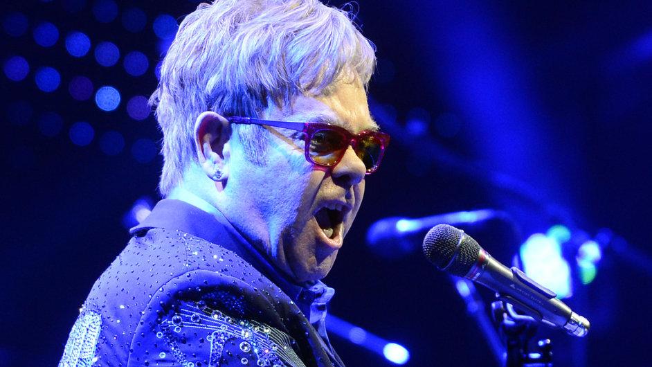 Zpěvák Elton John na koncertě v Praze.