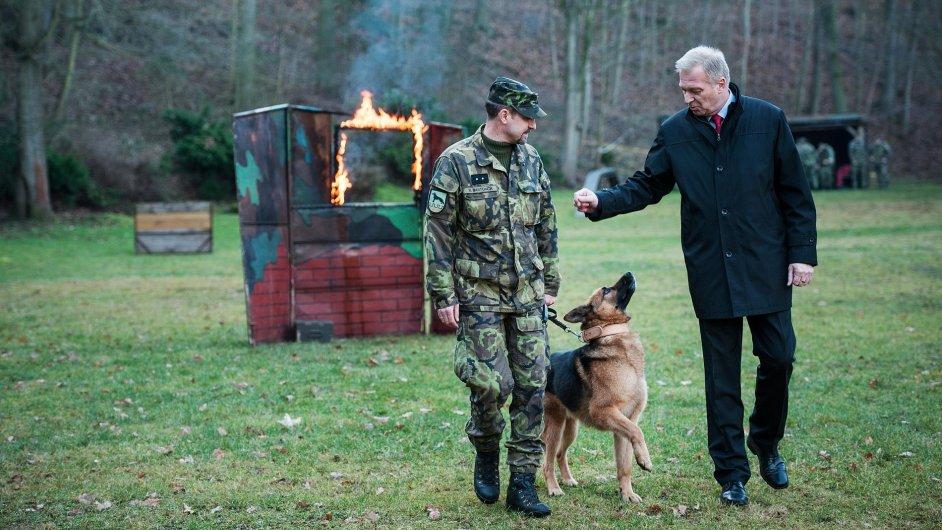 Ministr obrany Vlastimil Picek (vpravo) ocenil německého ovčáka Athose.
