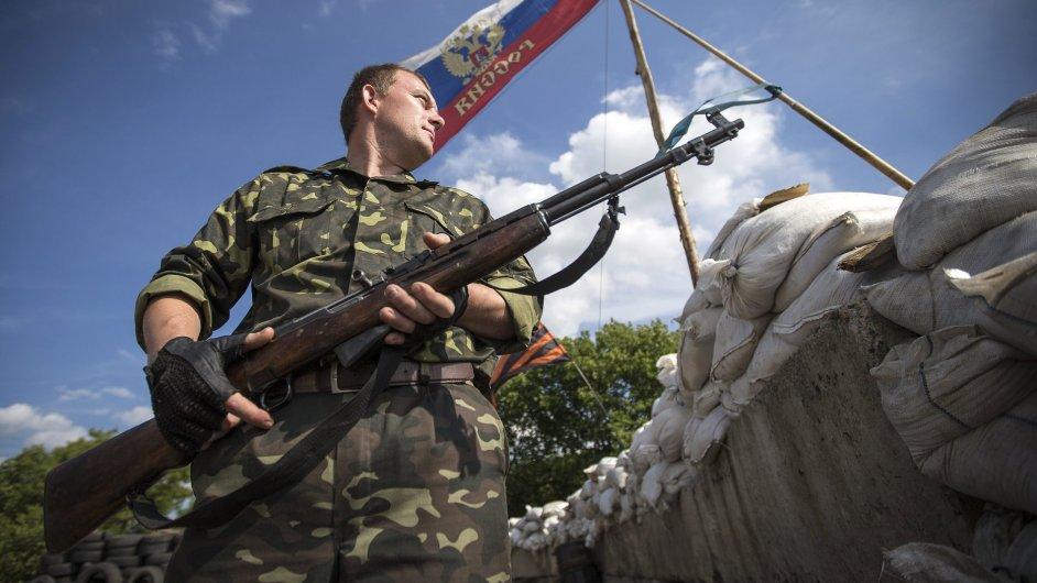 Proruský separatista hlídá kontrolní stanoviště v Luhanské oblasti.