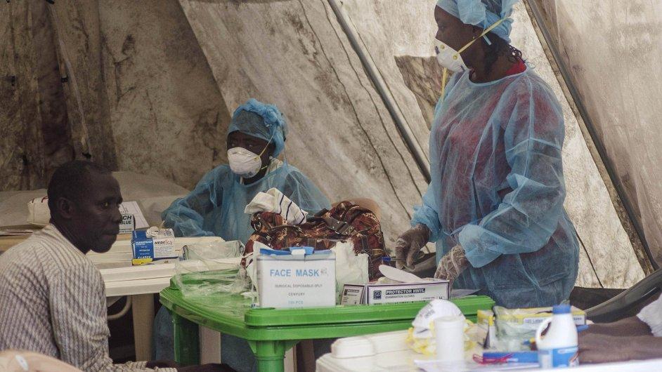 Zdravotníci odebírají vzorky krve na testování v jednom ze stanů vládní nemocnice v Sierra Leone.