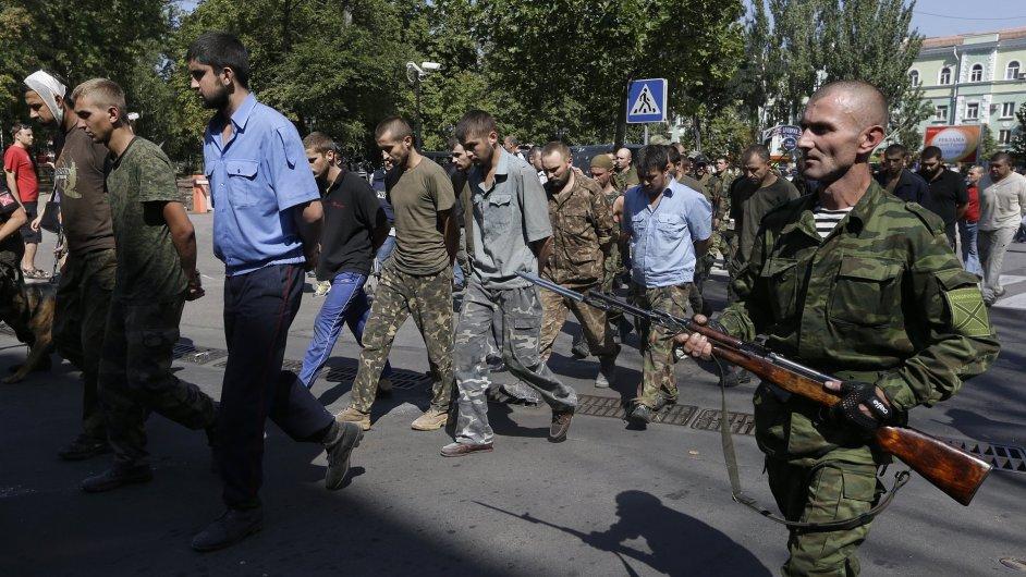 Proruští separatisté vedou vojenské zajatce. Podle Human Rights Watch zadržují i civilisty.