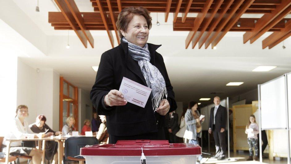 Lotyšská premiérka Straujumaová odevzdává svůj hlas během sobotních parlamentních voleb