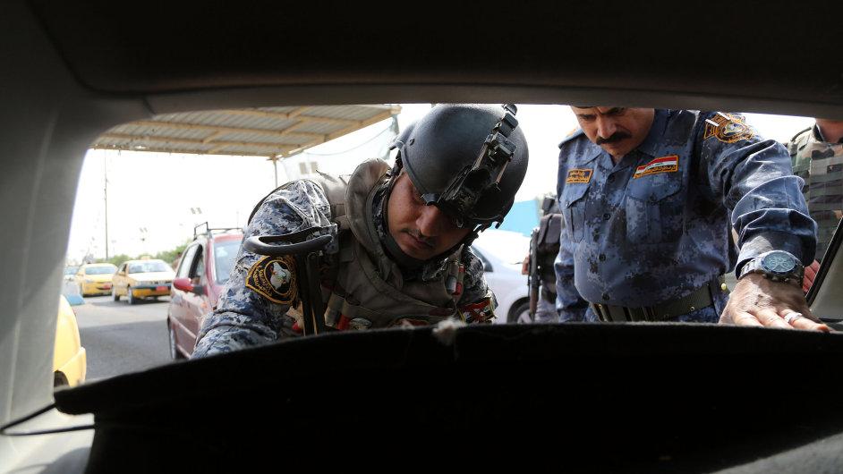 Iráčtí vojáci prohledávají podezřelé auto na předměstí Bagdádu (ilustrační foto)