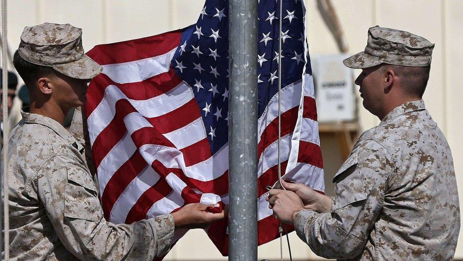 Američtí vojáci sundávají vlajku během ceremonie k ukončení své mise v Afghánistánu.