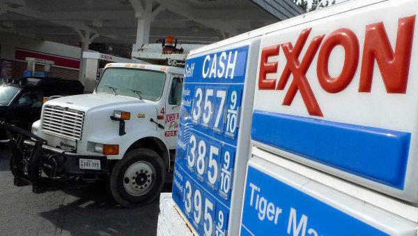 Největší americké ropné společnosti doplácejí na levnou ropu.