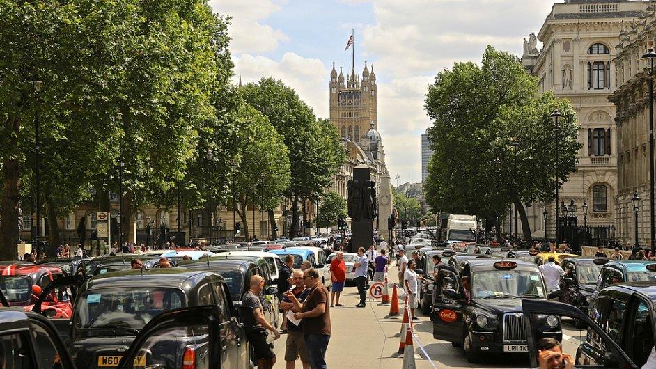 Dříve proti Uberu protestovali zejména klasičtí taxikáři. Nyní se firma znelíbila i části někdejších uživatelů. (Ilustrační foto z londýnského protestu řidičů taxi)