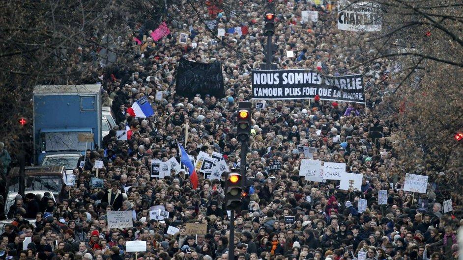 Pařížského pochodu se účastní stovky tisíc lidí, podle některých odhadů jich může být až milion.